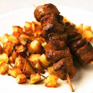 Баранина на шпажках с хрустящим картофелем и розмарином