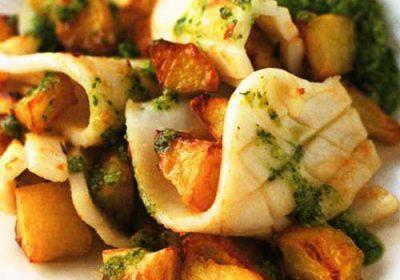 Зажаренные кальмары и картофель с песто из кинзы