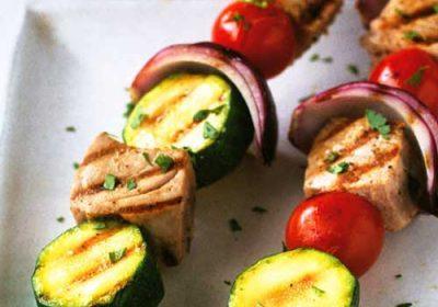 Шашлычки из тунца с помидорами и кабачками