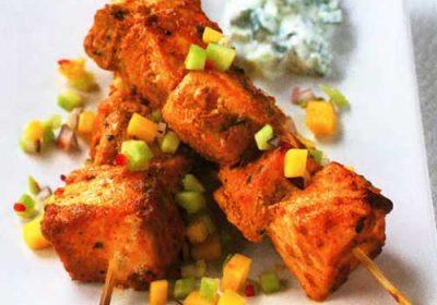Тикка (шашлык) из разных рыб с манговой сальсой и лаймовой раитой