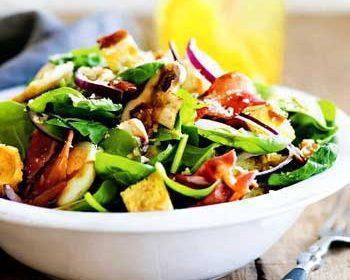 Салат с теплой заправкой с беконом