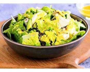 Зеленый салат с ореховой крошкой и фетой