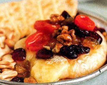 Десерт с сухофруктами и сыром