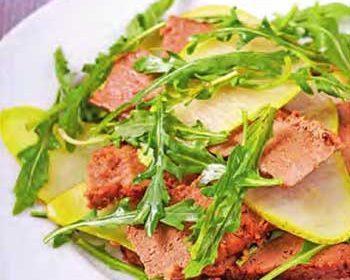 Теплый салат из печенки с грушей