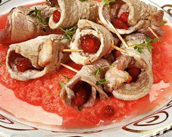 Кулечки из свинины с вишневым соусом