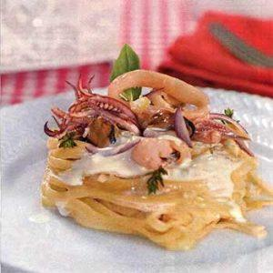 «Гнезда» из макарон с морским ассорти с сыром с голубой плесенью и сметаной
