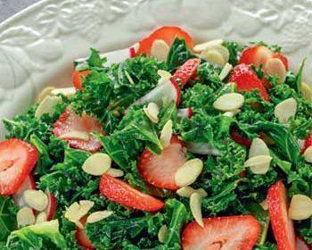 Зеленый салат лола-росса с клубникой и редиской