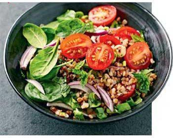 Салат с гречкой, томатами и шпинатом