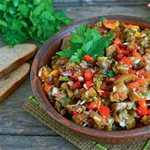 Салат из овощей гриль баклажанов, перца