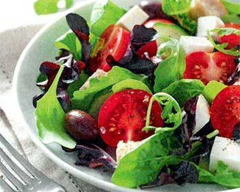 Зеленый салат с томатами, брынзой и оливками