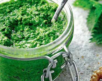 Соус песто из крапивы и тыквенных семечек