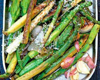 Спаржа и цветы кабачков на гриле с пармезаном
