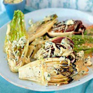 Жареные сердцевинки салата с соусом из голубого сыра