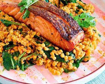 Жареный лосось и дал из чечевицы со шпинатом