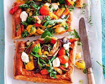Открытый пирог с овощами, маскарпоне и зеленью