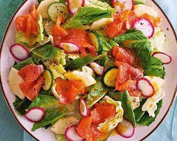 Салат с лососем и заправкой из облепихи