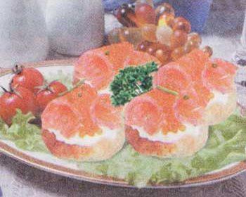 Кростини с копченой рыбой и сливочным сыром