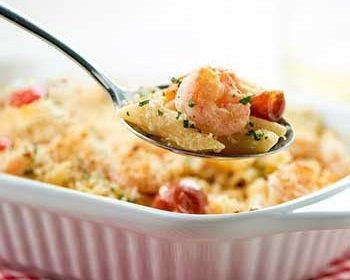 Креветки, запеченные с макаронами и сыром