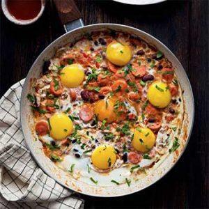 Яичница с сосисками и фасолью