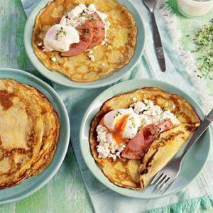 Масленичный завтрак с блинчиками, сыром, колбасой и яйцом-пашот