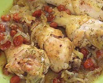 Куриные голени с луком и изюмом в мультиварке