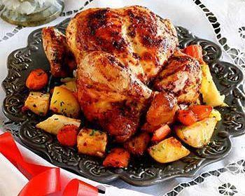 1 большая курица весом 1,5-1,7 кг 1 большой корень сельдерея 3 большие морковки 4-5 средних картофелин оливковое масло соль Для домашней аджики: 4 красных перца чили 5 зубчиков чеснока по 0,5 ч. л. молотой зиры и кориандра 1 ч. л. сладкой молотой паприки крупная соль