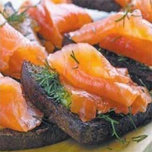 Бутерброды на ржаном хлебе с красной рыбой
