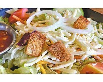 Овощной салат с гренками и заправкой из йогурта