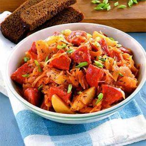 Селянка с варено-копченой колбасой на сковороде