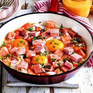 Запеченные яйца с колбасой в густом томатном соусе