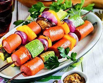 Шашлычки из сосисок с овощами и шампиньонами