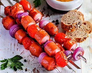 Шашлычки из сосисок с помидорами и горчичным соусом