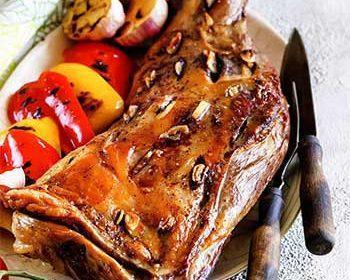 Баранья лопатка, запеченная с чесноком и тимьяном