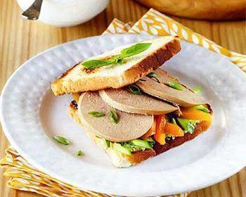 Бутерброд на утро с зеленым маслом и сладким перцем