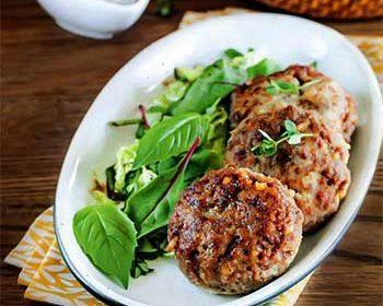 Котлеты с соусом из лесных грибов и зеленым салатом