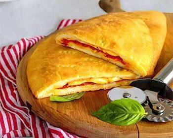 Кальцоне с колбасой, моцареллой и бакинскими помидорами