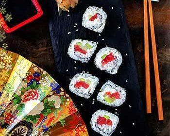 Футомаки с лососем, авокадо и огурцом