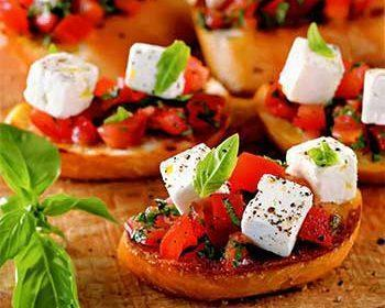Брускетты с помидорами, базиликом и рассольным сыром