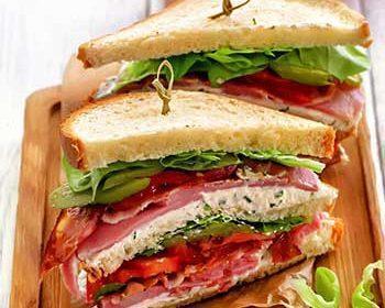 Клаб-сэндвич ветчиной и кремом из брынзы