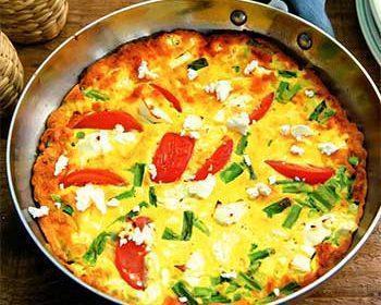 Летний омлет в духовке с помидорами, сыром и зеленым луком