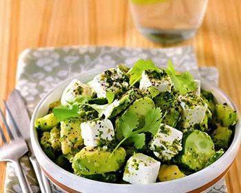 Салат из огурцов, авокадо и сыра с лаймовой заправкой