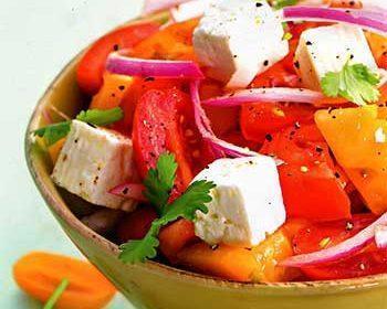 Салат из помидоров, маринованного лука и сыра