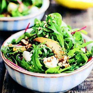 Салат с моцареллой, грушами и орехами