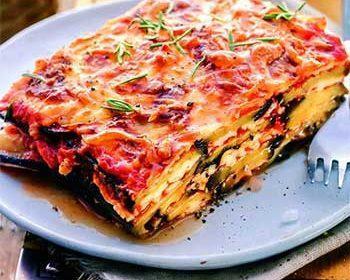 «Лазанья» из баклажанов с сыром в густом томатном соусе
