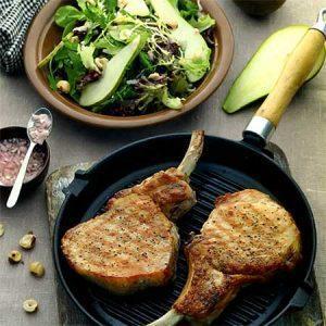 Свиные котлеты с салатом из груш и орехов