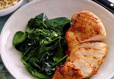 Цыпленок со шпинатом и белым вином
