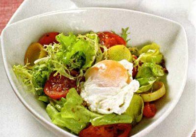Яйцо-пашот на салате из томатов