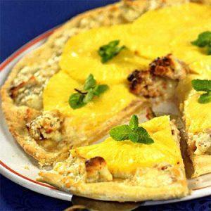 Сладкая пицца с ананасами