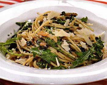 Спагетти с оливадой, руколой и панчеттой