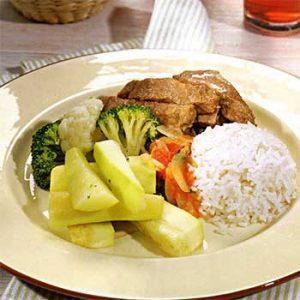 Говядина с рисом, овощами и томатным соусом